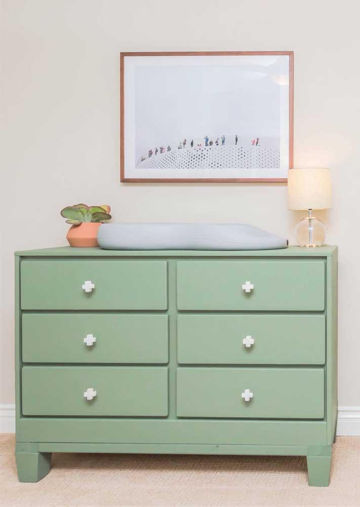 O verde delicado da cômoda traz calma para o quartinho do bebê