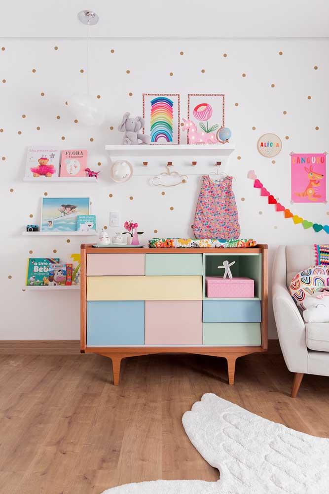 E por falar em tamanhos variados, veja como essa cômoda se divide em gavetas de alturas e larguras diferentes; perfeita para acomodar roupas e demais objetos do bebê