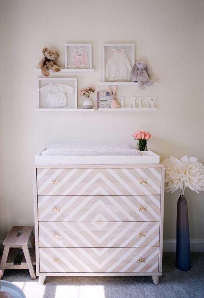 Uma dica: se tiver uma cômoda sem uso em casa revista-a com adesivo e o quarto do bebê ganha um móvel novinho