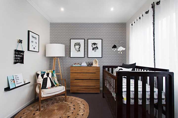 Cômoda de madeira para o quarto do bebê em um tom mais claro que o berço