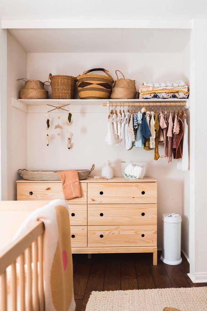 Cômoda de madeira rústica com puxadores embutidos: modelo moderno e minimalista; o que não cabe na cômoda fica no closet aberto