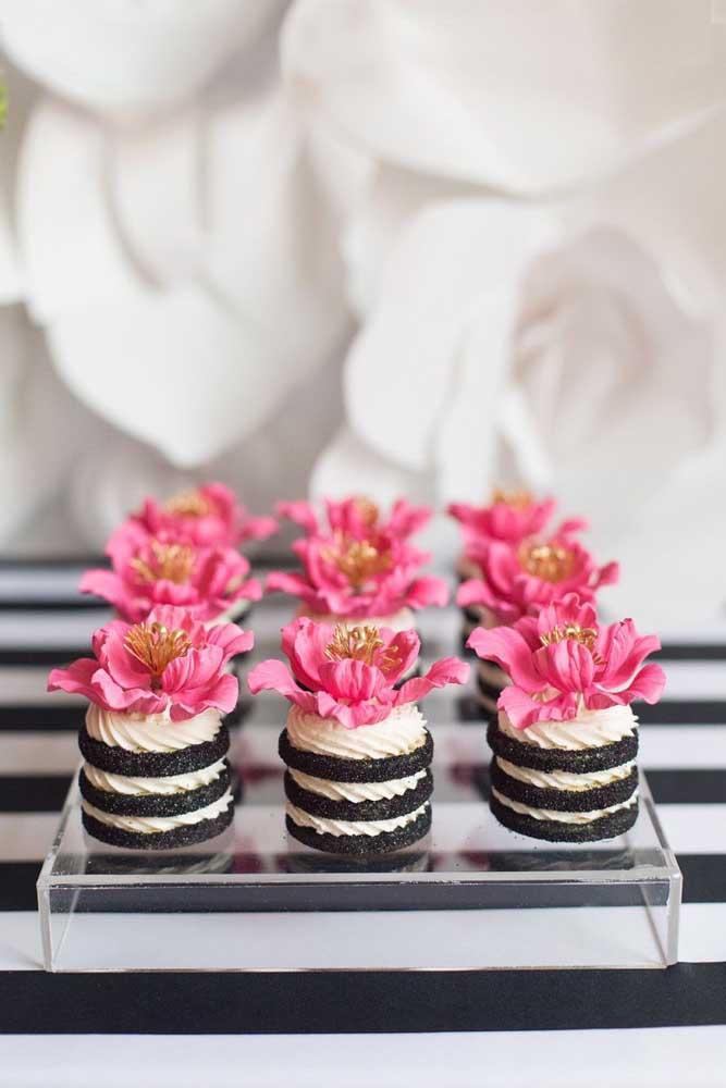 Pavê em porções individuais, na cor da festa e com uma bela flor em cima para completar