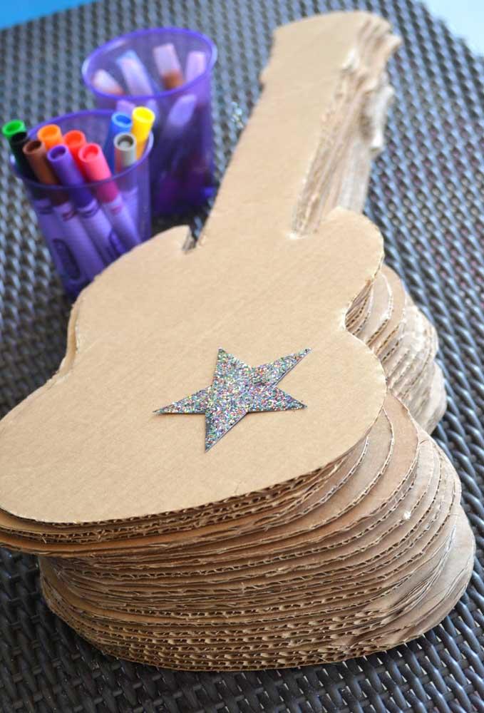 Para as crianças se divertirem: guitarras de papelão e canetinhas