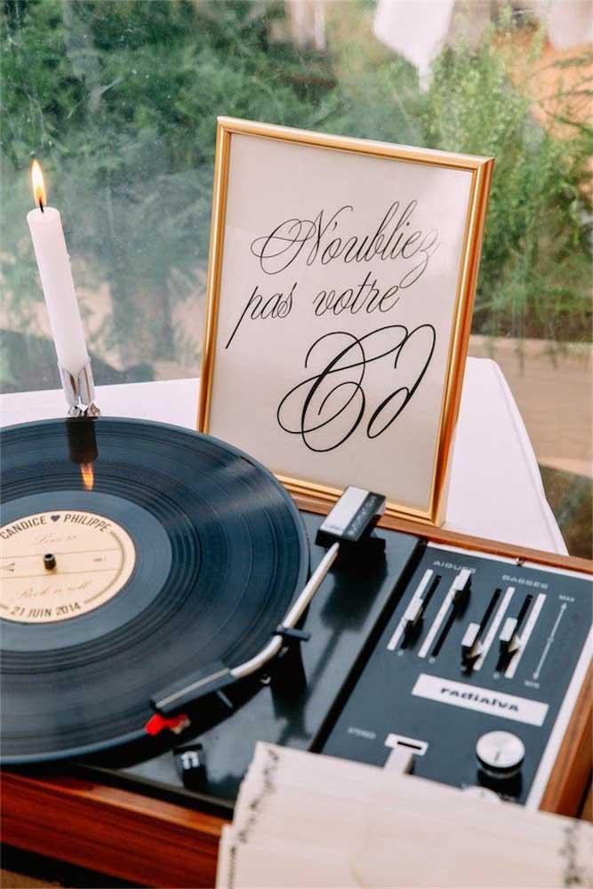 A mesa de som do DJ tem o quê? Vinil, é claro!