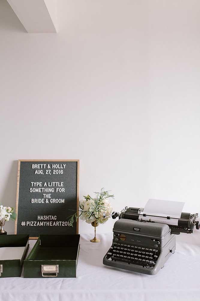 Aqui, a máquina de escrever é o destaque da festa de casamento anos 60