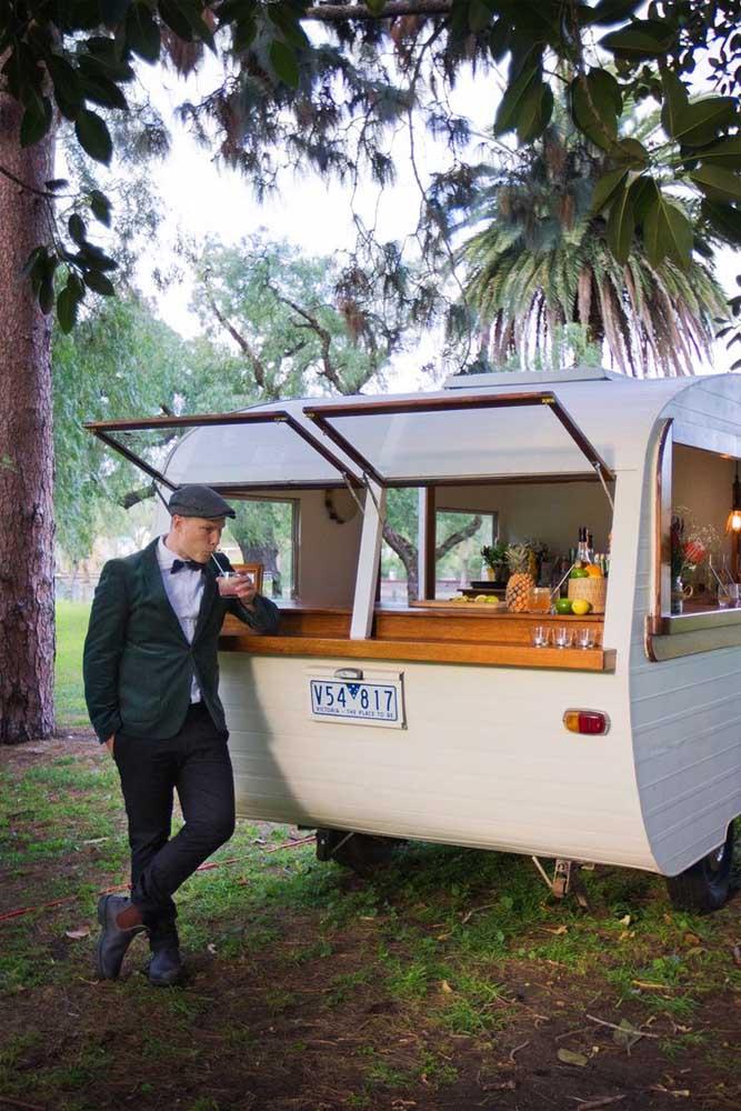 Que tal levar um trailer para festa anos 60 e usá-lo para servir bebidas?