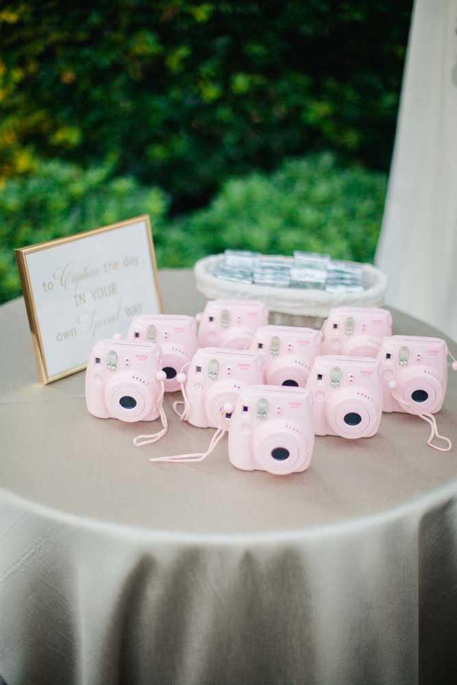 Essa festa de casamento anos 60 distribui máquinas de foto para os convidados registrarem os melhores momentos
