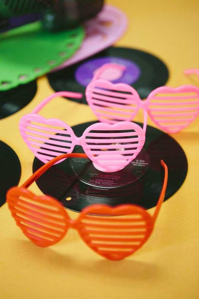 Distribua óculos e outros acessórios para os convidados se divertirem na pista de dança