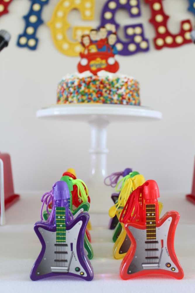 Festa anos 60 infantil decorada com mini guitarras: uma gracinha!