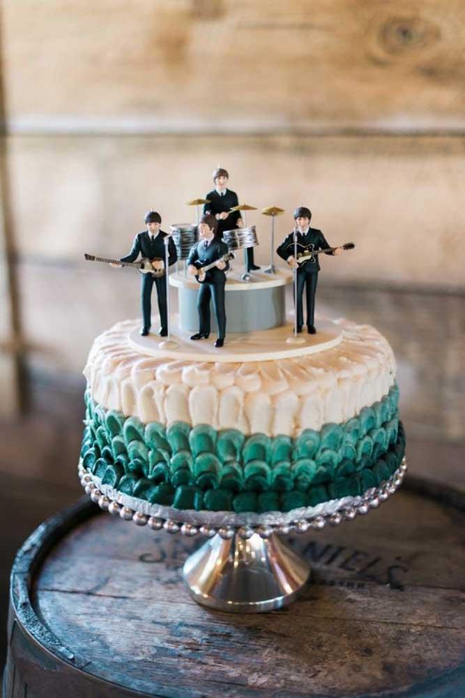 Que charme esses mini Beatles sobre o bolo!