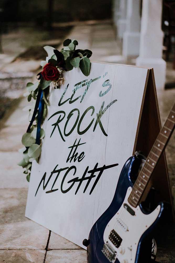 A noite promete! Pelo menos é o que garante o cartaz na entrada da festa anos 60