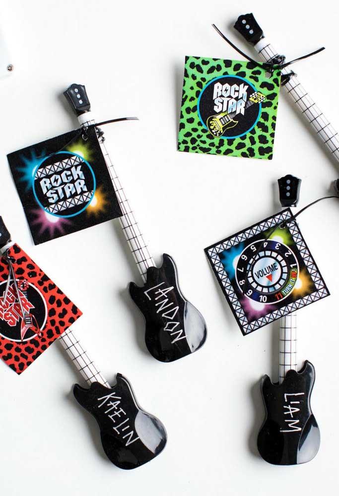 Lembrancinha da festa anos 60: mini guitarras