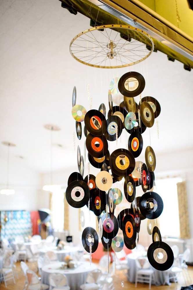 Lustre feito com discos de vinil: inspiração criativa e super dentro do tema anos 60