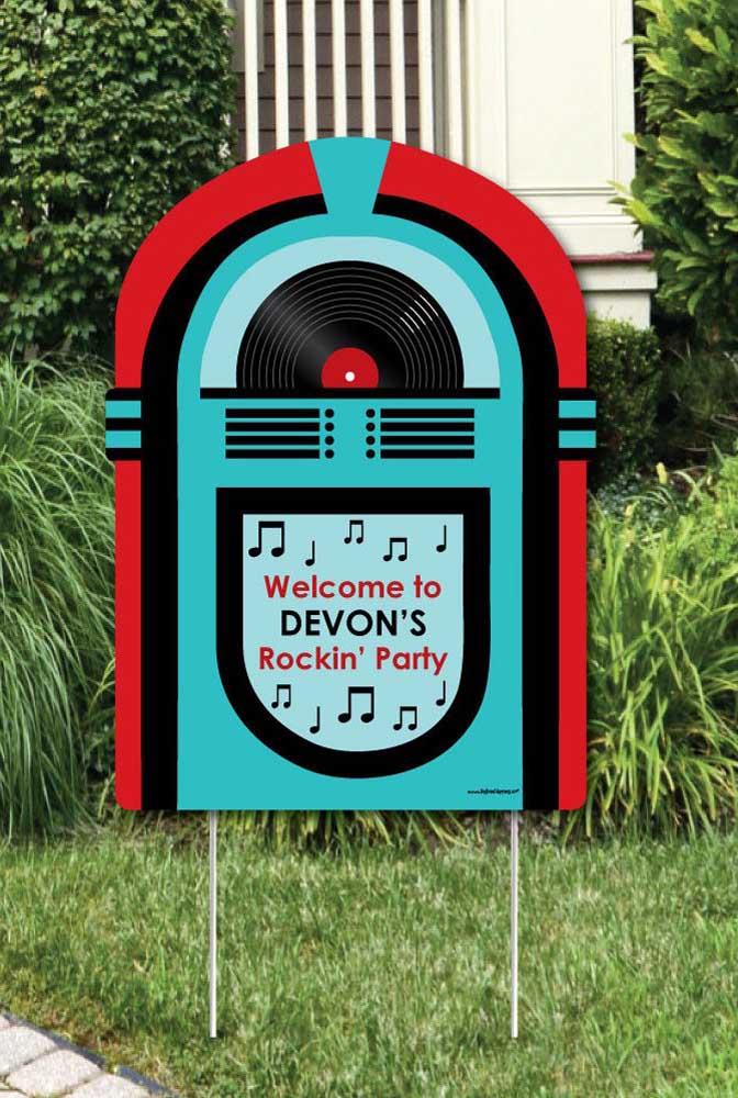 Placa personalizada de boas vindas para festa anos 60: considere fazer uma também