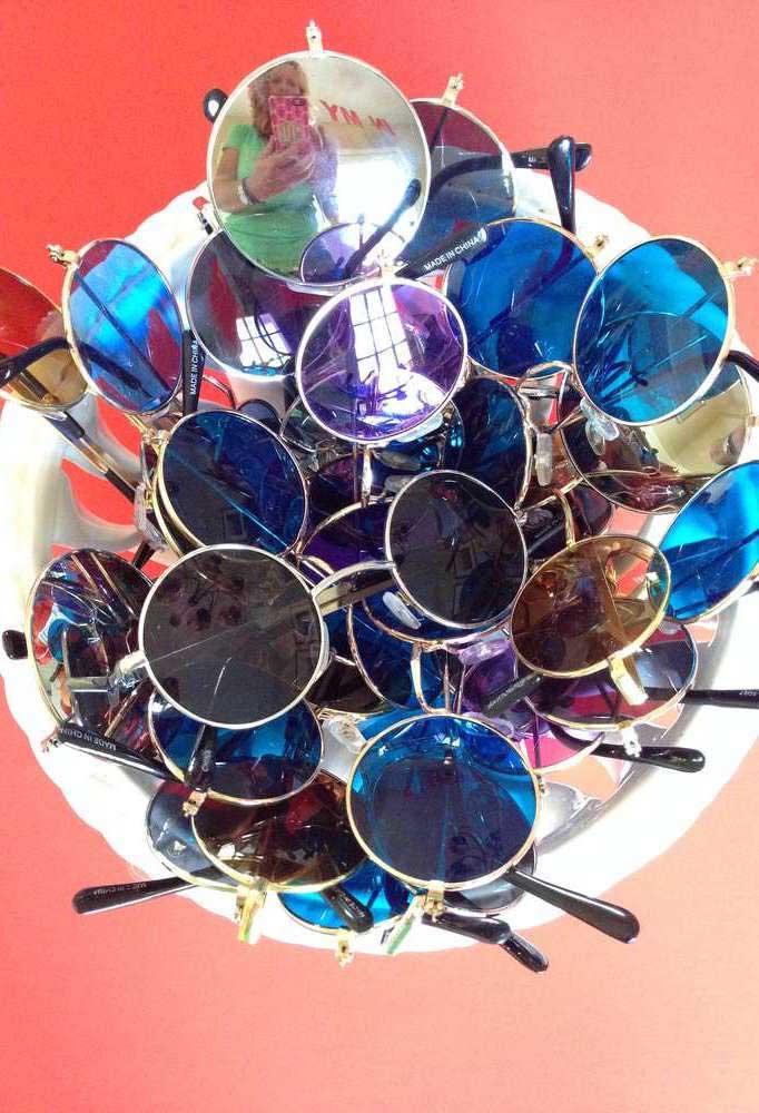 Óculos para caracterizar quem, por ventura, deixou a fantasia em casa