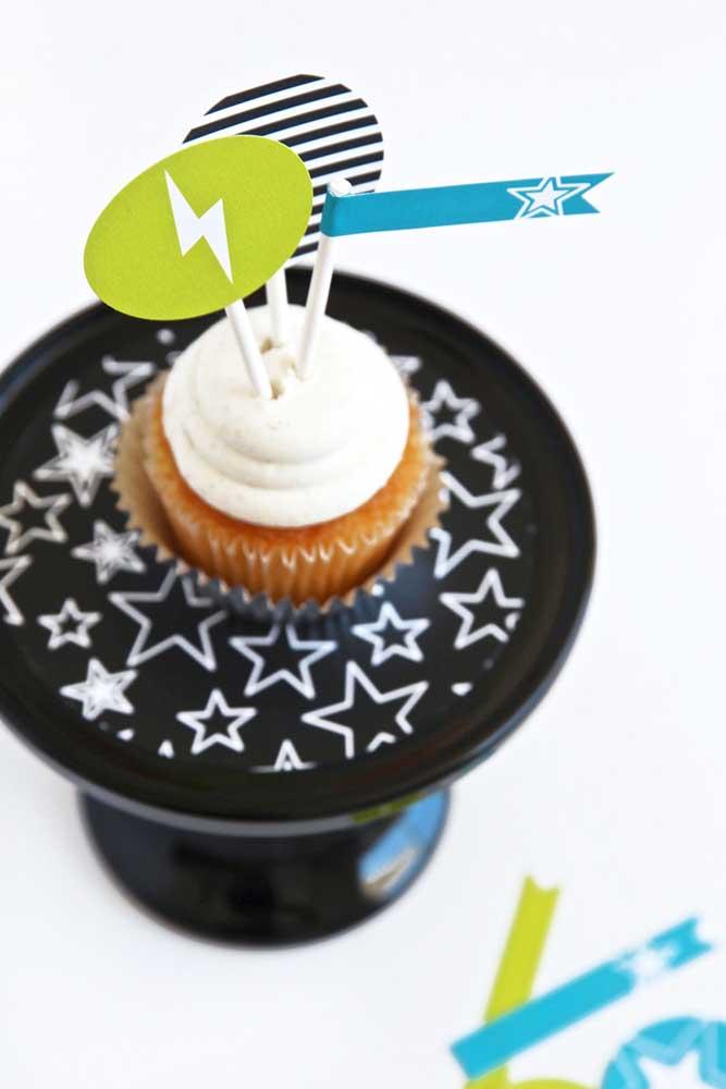 A vantagem dos cupcakes é que eles conseguem se encaixar em qualquer tema de festa, basta mudar a cobertura