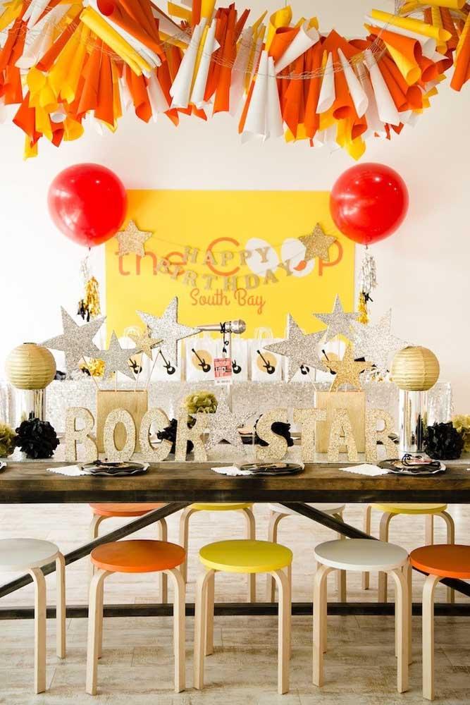 Branco, dourado, vermelho e amarelo formam a paleta de cores dessa festa anos 60