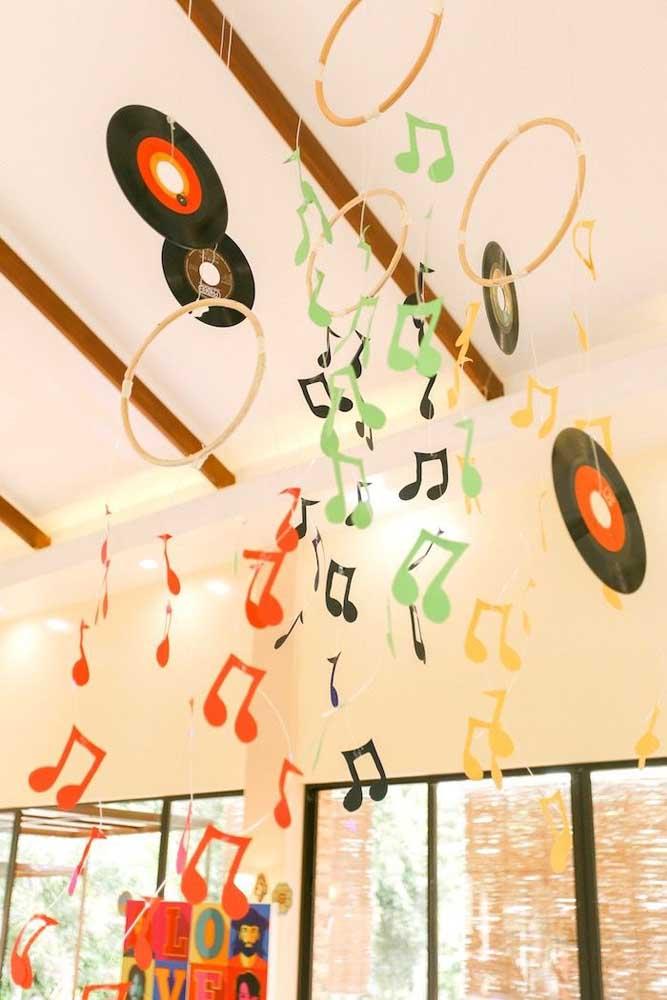 Festa anos 60 decorada com notas musicais e discos de vinil