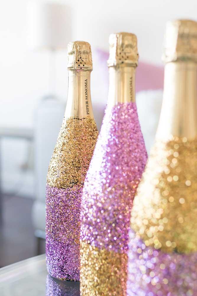 O gliter trouxe glamour para as garrafas de espumante que ainda nem foram abertas; ótima sugestão de personalização para festas