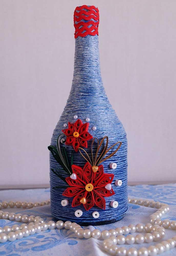 O lindo contraste entre o azul e o vermelho chama a atenção nessa garrafa decorada com barbante