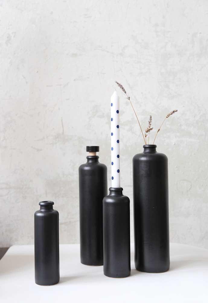 A elegância do preto também tem espaço nas garrafas decoradas