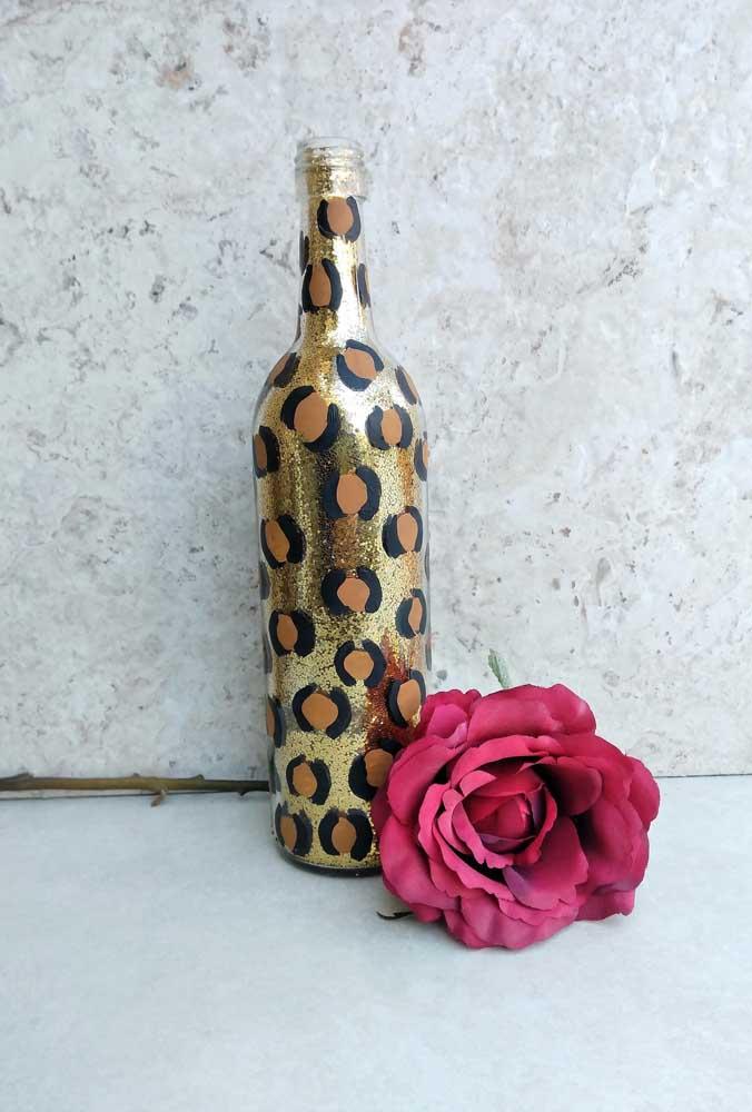 Garrafa decorada dourada com detalhes que lembram a estampa animal print