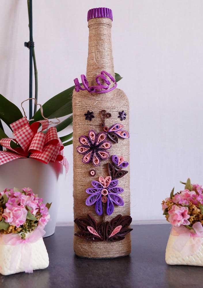 A corda de sisal confere um aspecto rústico para a garrafa decorada
