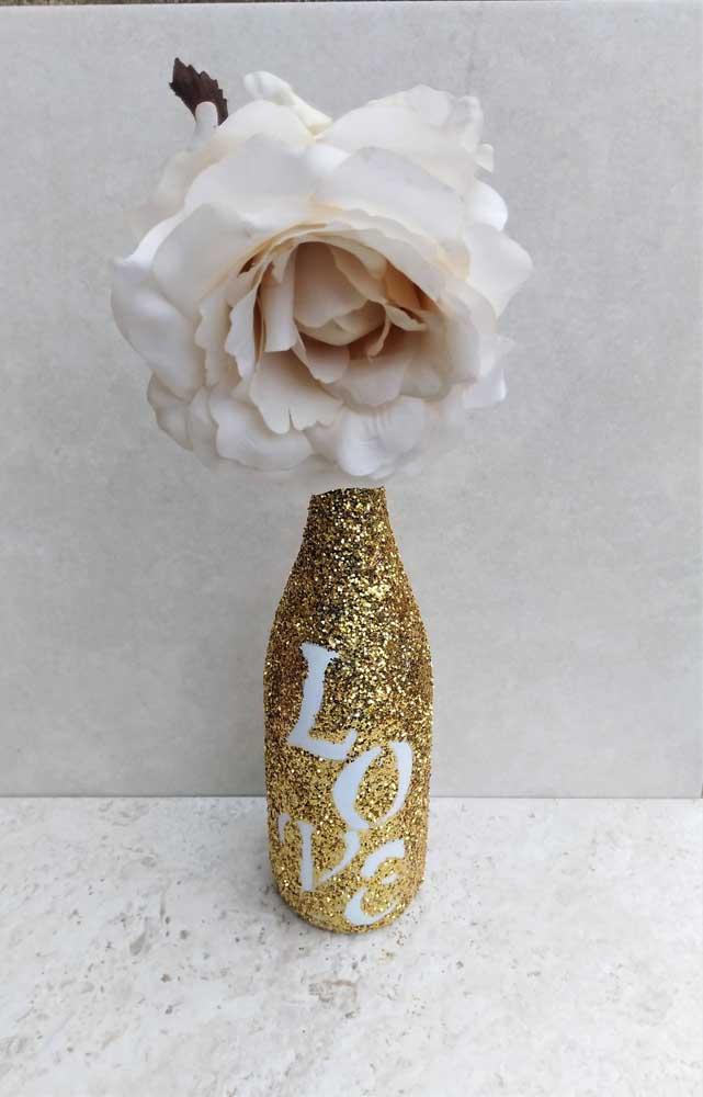 """Um charme essa garrafa decorada com glitter dourado e a palavra """"love"""" vazada"""