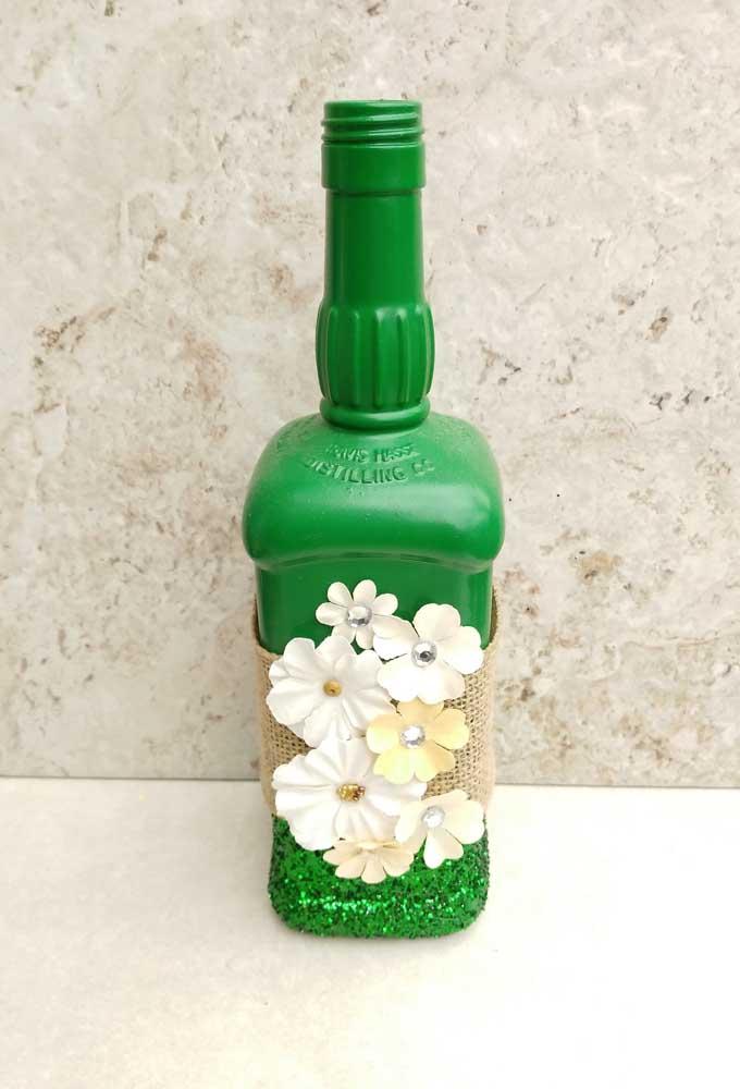 A tinta verde deu um toque de vida e alegria para a garrafa decorada com juta e flores