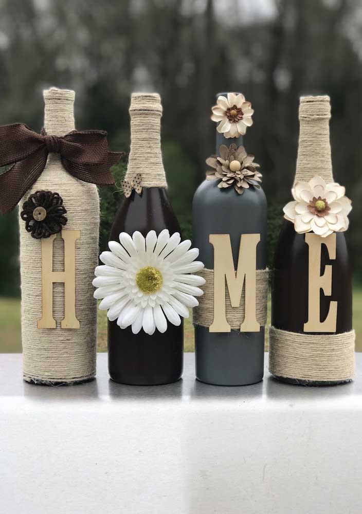 """Conjunto criativo de garrafas decoradas formando a palavra """"home"""""""