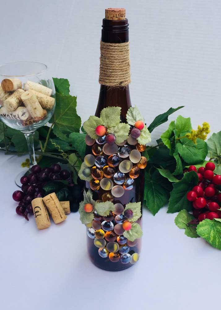 Garrafa de vinho decorada com desenho de uvas! Combinação perfeita