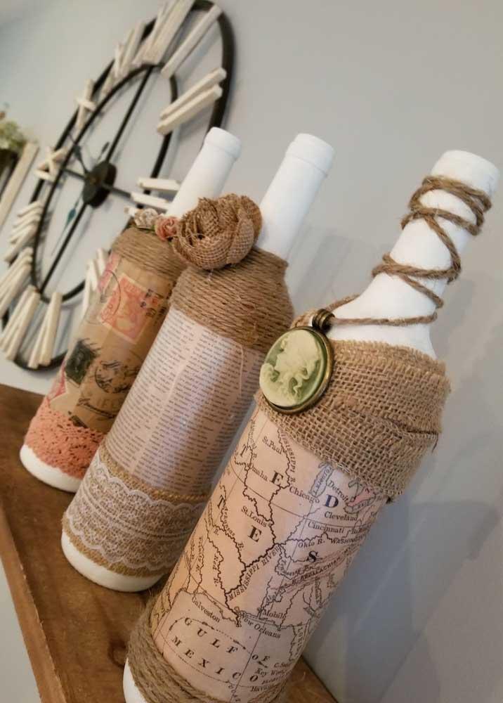 Jornais, revistas e até um mapa antigo serviram de inspiração para a decoração dessas garrafas de visual retrô e rústico