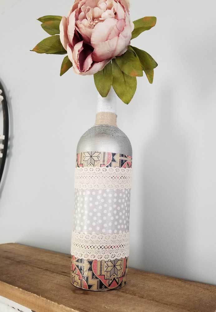 Pintura e renda transformaram essa simples garrafa em uma peça decorativa