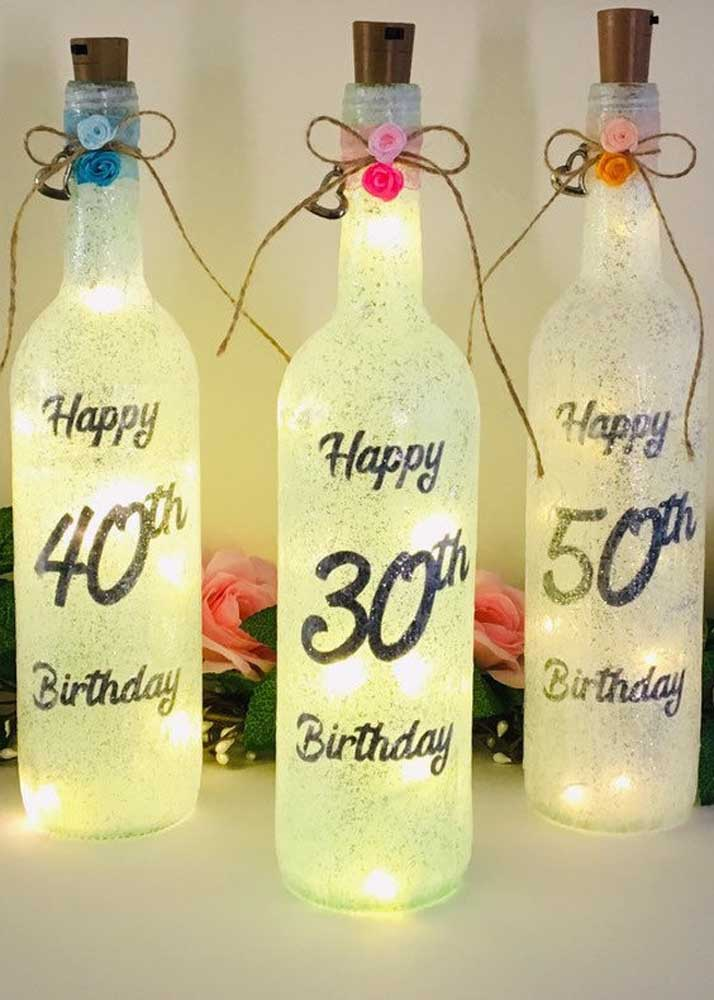 Linda sugestão de faça e venda: garrafas decoradas e iluminadas para festa de aniversário