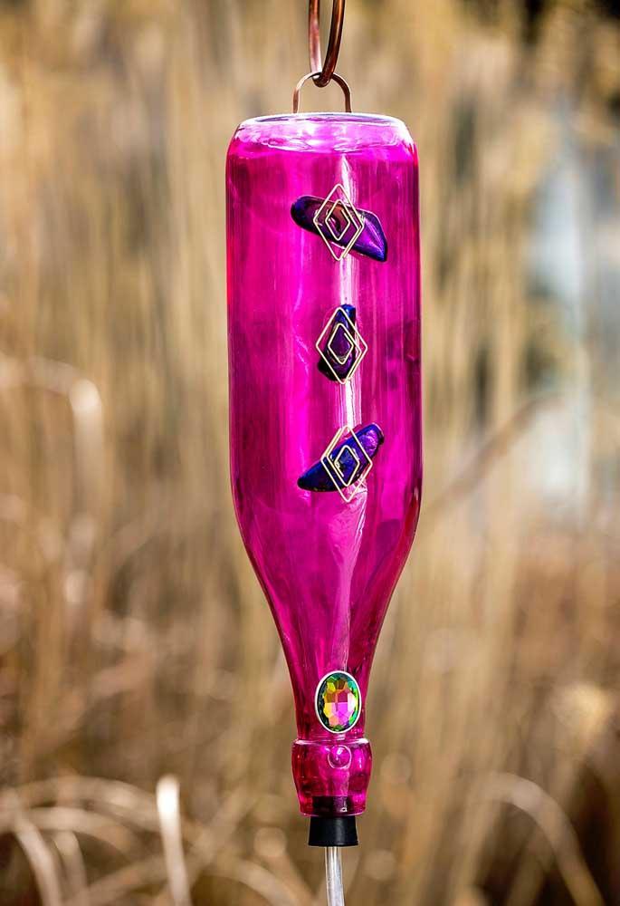 Que tal mudar um pouco o modo de uso e colocar a garrafa decorada de modo suspenso no ambiente?