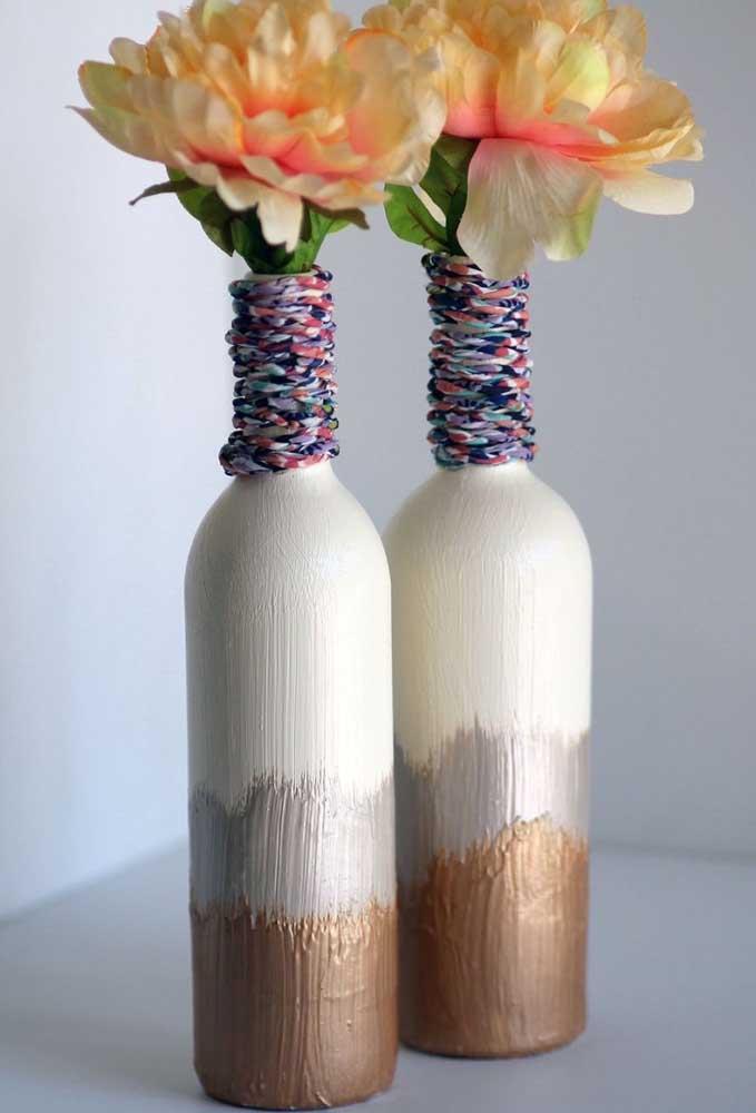 Vasos solitários feitos com garrafa de vidro decorada