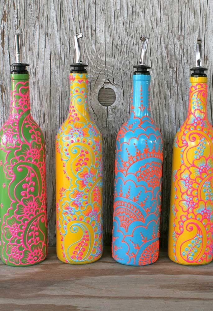 Aqui, a tinta tridimensional criou lindas garrafas decoradas com mandalas