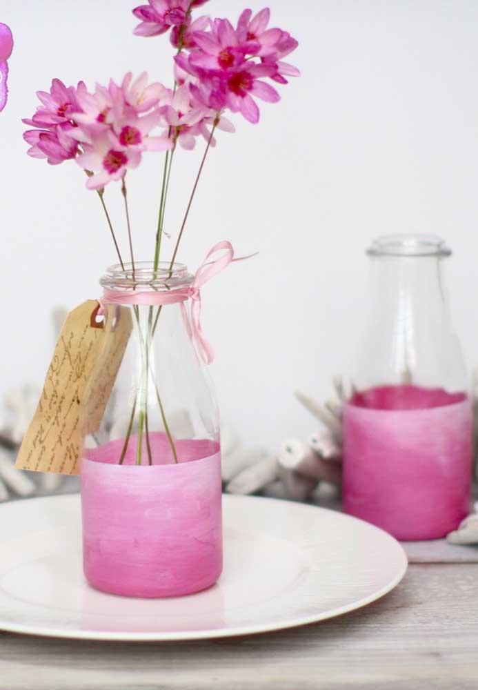 Flores e garrafa na mesma sintonia de cores