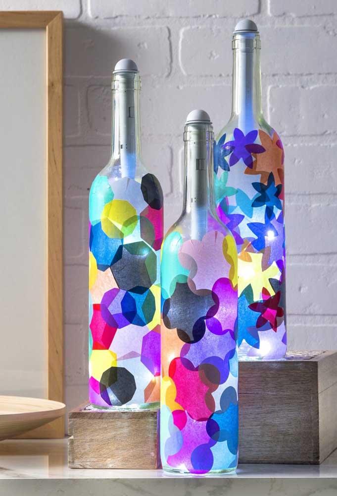 A pintura com transparência cria um efeito lindo em conjunto com as luzes de led no interior das garrafas iluminadas