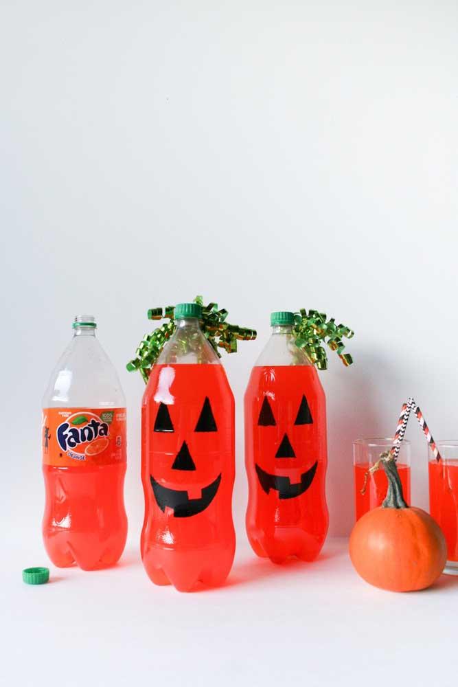 Garrafas decoradas para o Halloween; aproveite, inclusive, a cor do refrigerante como parte da decoração
