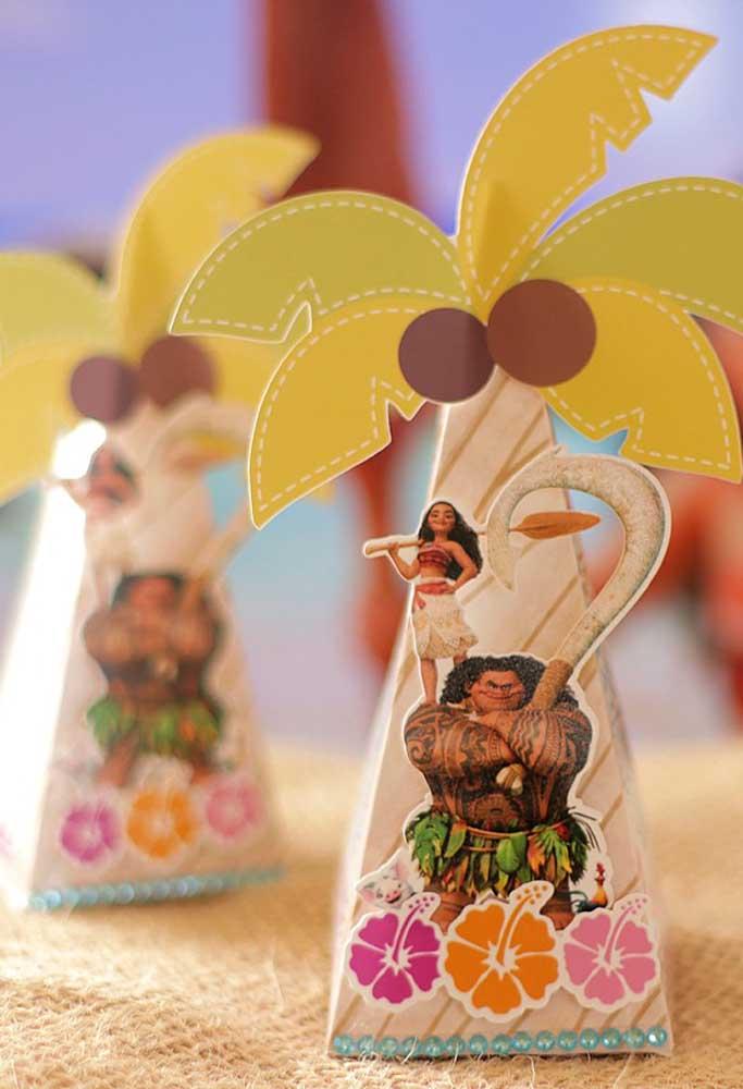 As lembrancinhas podem seguir o formato de coqueiro com os personagens principais na frente