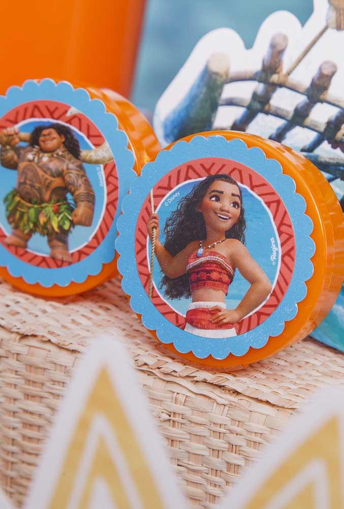 Nessa embalagem você só precisa colar a figura Moana e do Maui