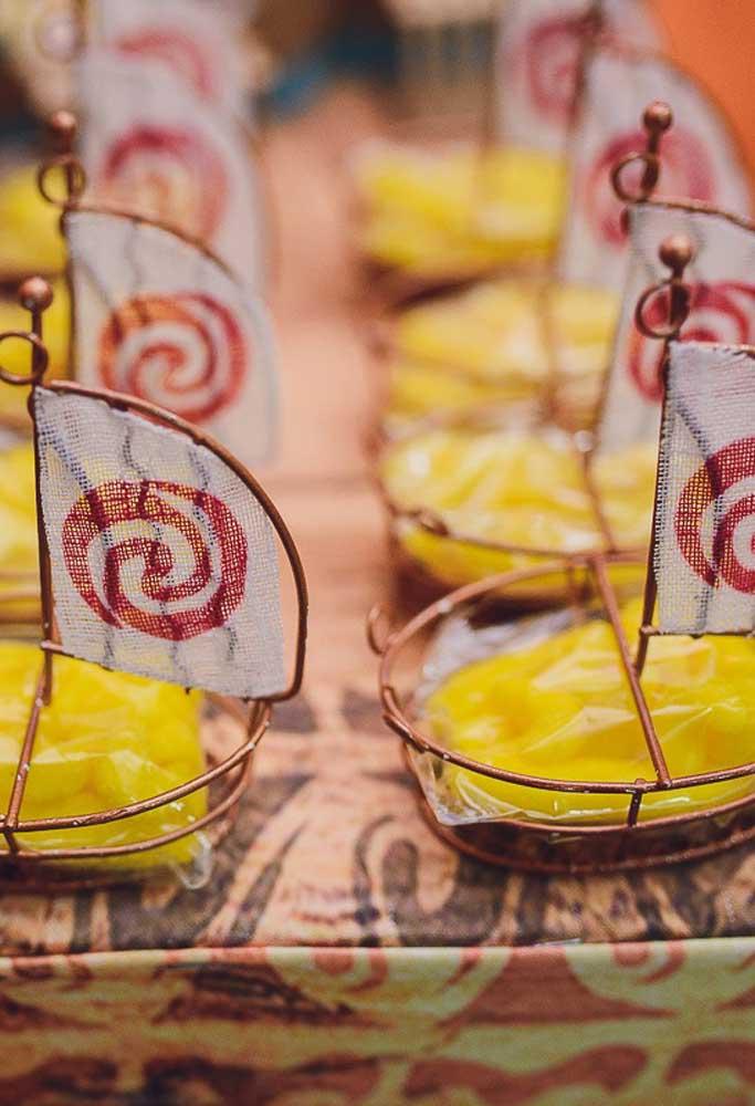 A lembrancinha pode ser uma deliciosa sobremesa no formato de um barco
