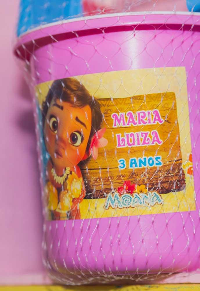 Para deixar a lembrancinha personalizada de acordo com o tema da festa, basta colar a figura da Moana
