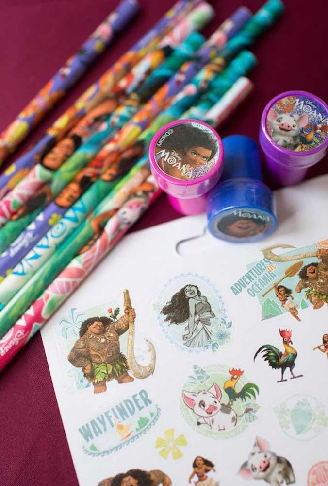 Para animar a garotada distribua carimbos personalizados com o tema, papel e lápis