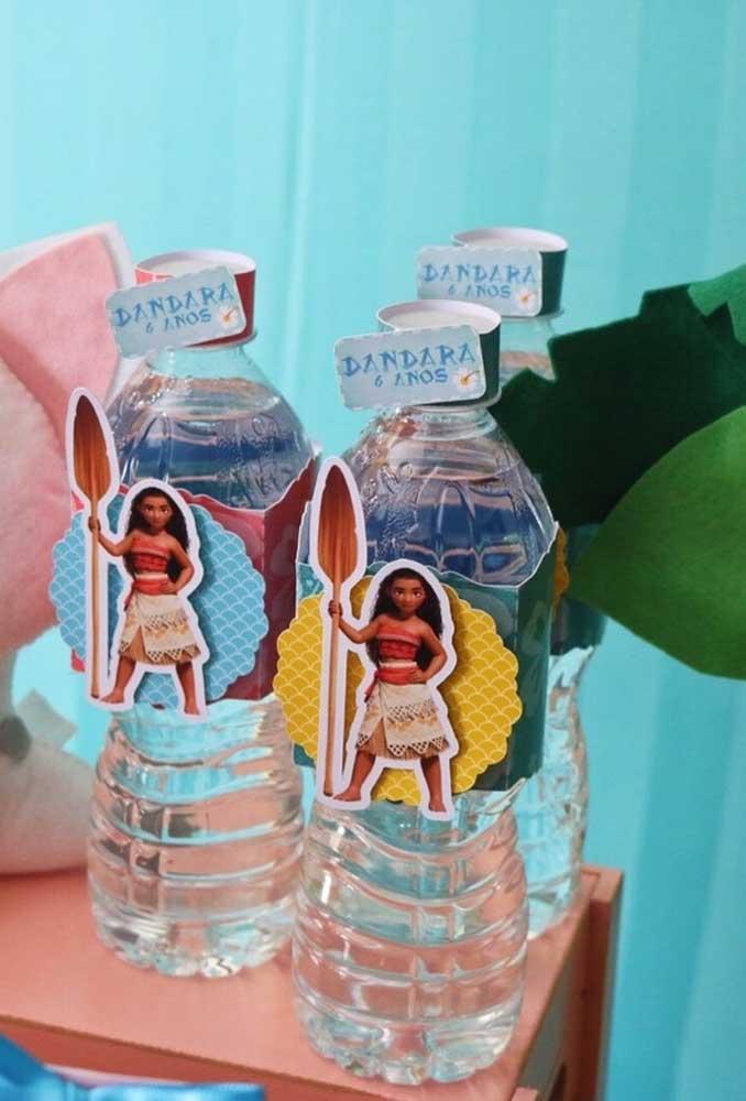 Para matar a sede da criançada, distribua água mineral. Só não se esqueça de identificar com itens da festa