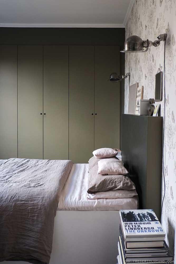 No quarto do casal, o guarda roupa planejado verde musgo foge do comum e surpreende