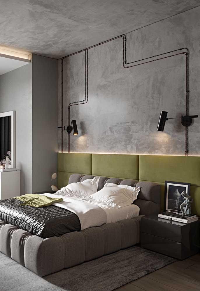 Já nesse outro quarto, a inspiração verde musgo surge na cabeceira estofada em veludo contrastando com o estilo industrial que predomina no ambiente