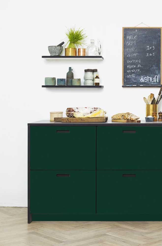 Nessa cozinha moderna, o verde musgo colore sem medo o armário principal