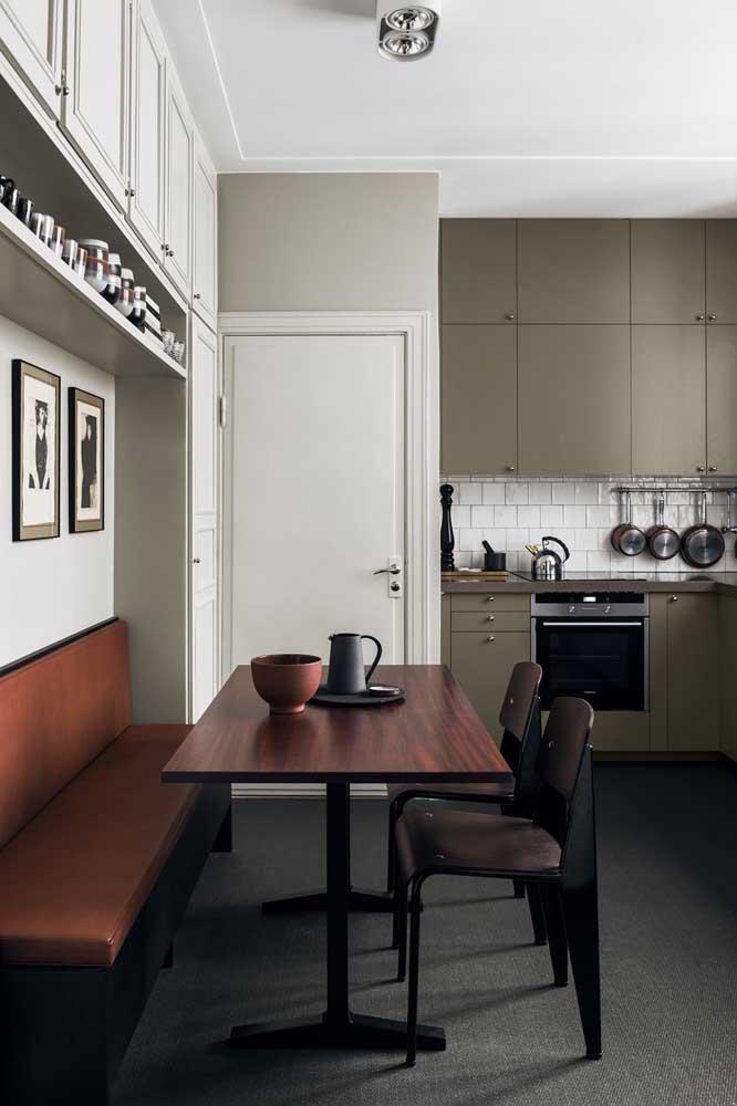 Nessa cozinha, a combinação entre verde musgo, preto e tons de madeira ajudou a criar um ambiente sóbrio e masculino